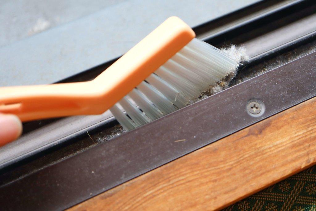 サッシブラシでサッシを掃除