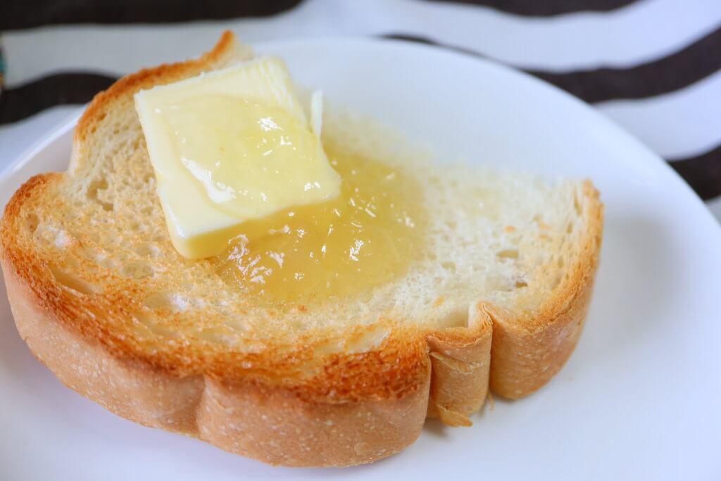 トーストにバターと乗せたラフランスとはちみつ