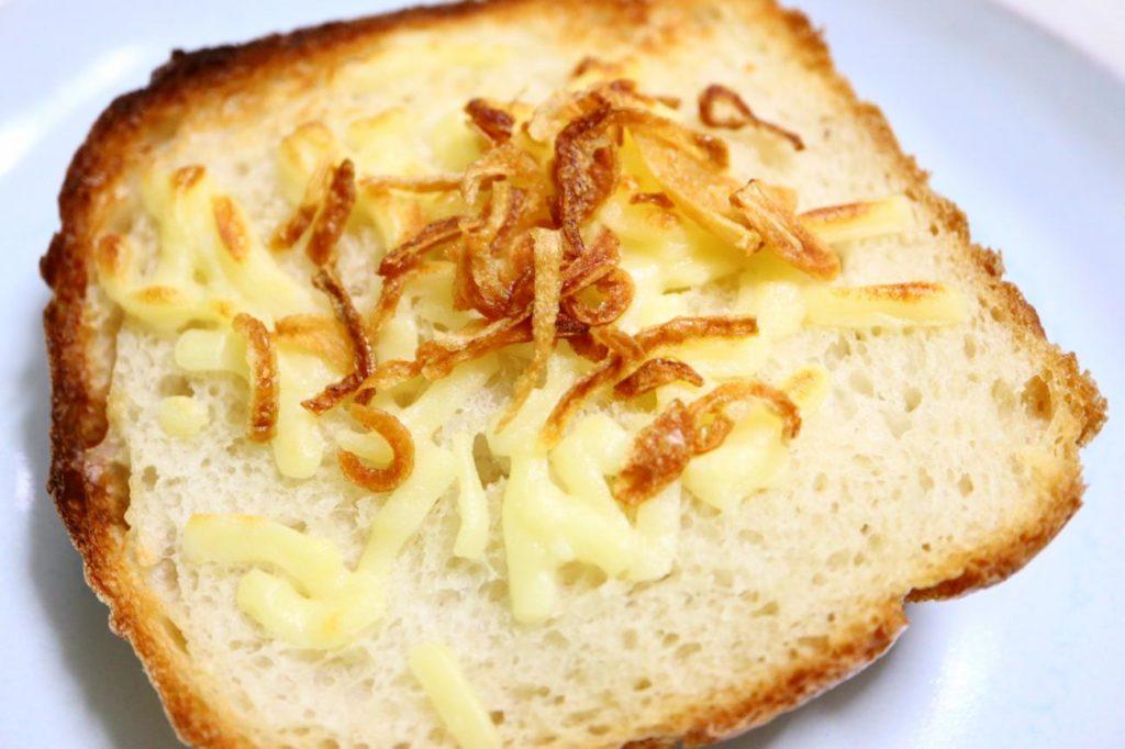 フライドオニオンを乗せた食パン