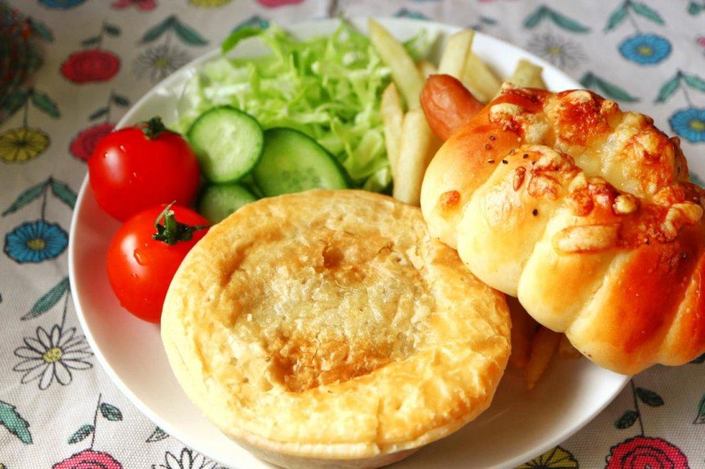 野菜を添えてみたアンガスビーフパイ