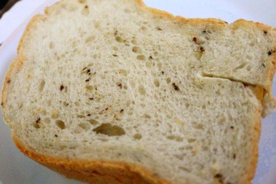 ブルーベリーティーの茶葉を混ぜ込んだ食パン
