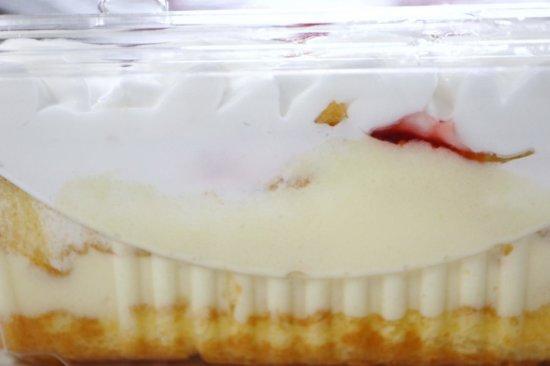 横から見たストロベリースコップケーキ