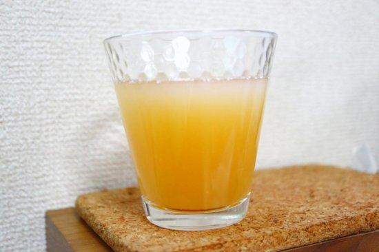 グラスに注がれたパイナップルオレンジグァバジュース