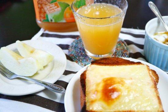 朝食に出てくるパイナップルオレンジグァバジュース