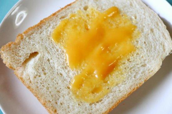 食パンに塗ったレモンバター