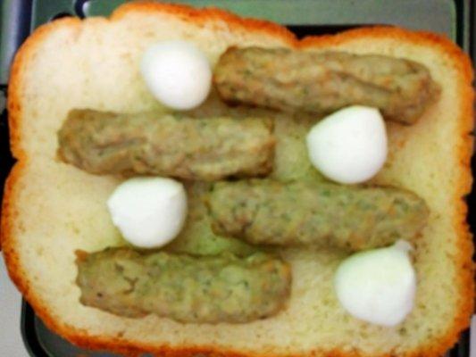 食パンの上に乗せられたチキンリンクス
