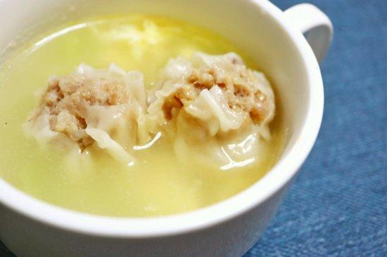 中華スープに入れられたミニ贅沢焼売