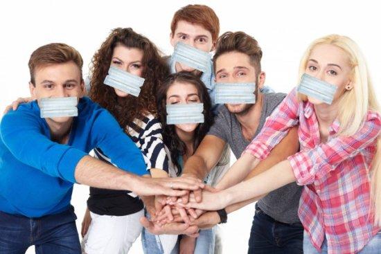 力を合わせる若者たちとプリーツ型マスク