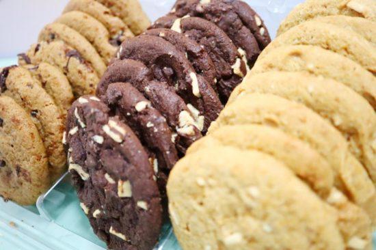フタを開けられたチョコチャンククッキー
