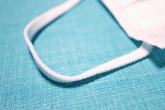耳ゴムは平ゴムタイプの4層プレミアムマスク