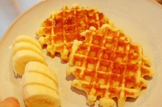 お皿に盛られたベルギーバターワッフル
